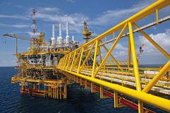 Le torchage de gaz est sur la plate-forme de plate-forme pétrolière photographie stock libre de droits