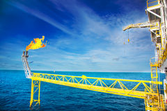 Le torchage de gaz est sur la plate-forme de plate-forme pétrolière Image stock