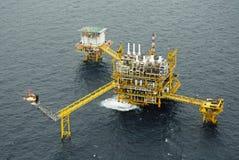Le torchage de gaz est sur la plate-forme de plate-forme pétrolière Photos libres de droits