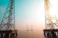 Le torri ad alta tensione del trasporto di energia Immagini Stock Libere da Diritti