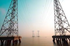 Le torri ad alta tensione del trasporto di energia Fotografia Stock Libera da Diritti