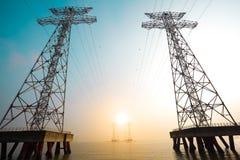 Le torri ad alta tensione del trasporto di energia Fotografie Stock