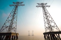 Le torri ad alta tensione del trasporto di energia Immagine Stock Libera da Diritti