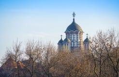 Le torri di chiesa della st Elefterie che aumentano sopra gli alberi a Bucarest immagine stock libera da diritti