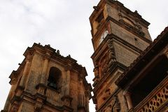 Le torri di chiesa nella rinascita quadrano a Alcaraz in La Mancha, Spagna della Castiglia immagini stock