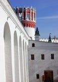Le torri e le pareti del convento di Novodevichy Fotografie Stock Libere da Diritti