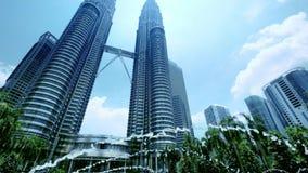 Le torri gemelle di Petronas con la fontana alla parte anteriore Kuala Lumpur, Malesia video d archivio