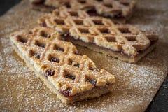 Le Torte de Linzer est gâteau autrichien traditionnel avec une conception de trellis sur la pâtisserie images libres de droits