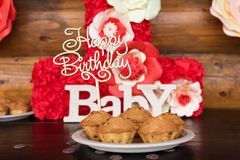 Le torte di compleanno, muffin con il saluto di legno firma su fondo rustico Di legno canti con il buon compleanno delle lettere, Fotografia Stock
