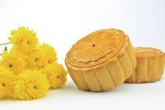Le torte di luna sono decorate con il fiore giallo Fotografia Stock