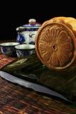 Le torte di luna su una zolla sono servito con tè Fotografia Stock
