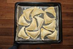 Le torte su un vassoio di cottura arrostiscono il materiale da otturazione delizioso lubrificato Fotografia Stock Libera da Diritti