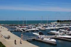 Le tour de ND de balade de personnes fait du vélo le long de la 31ème promenade de port de rue sur le lac Michigan Chicago images stock