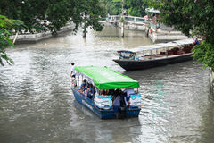 Le tour de passagers un Khlong traditionnel Phadung Krungkasemboat est a Photo stock