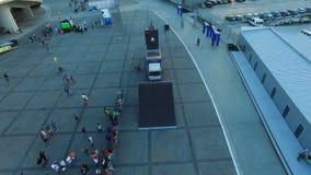 Le tour de sportifs de vue aérienne fait du vélo et évente la foule dans la soirée banque de vidéos