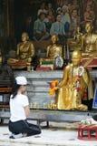 Le tourisme femelle non identifié prient à la statue de moine chez la Thaïlande Photos stock