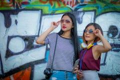 Le tourisme, le voyage, les loisirs, les vacances et le concept d'amitié - Image stock