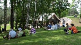 Le touriste apprécient la musique folk banque de vidéos