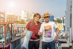Le touriste asiatique de sac à dos soit ami avec les personnes locales images libres de droits