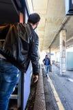 Le touriste attend son ami pour monter dans le train Image libre de droits