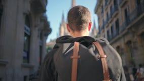 Le touriste avec le sac à dos marche dans la vieille ville clips vidéos
