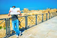 Le touriste avec une carte Photos stock