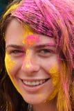 Le touriste célèbrent Holi ou festival indou indien de couleurs un événement annuel Photo stock
