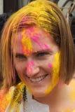 Le touriste célèbrent Holi ou festival indou indien de couleurs un événement annuel Photos libres de droits