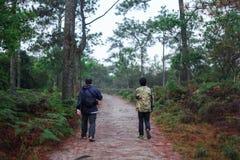 Le touriste comme l'aventure à la falaise photographie stock