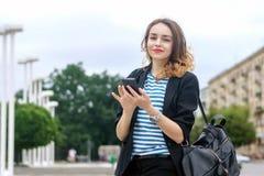 Le touriste communique à un téléphone portable photo libre de droits