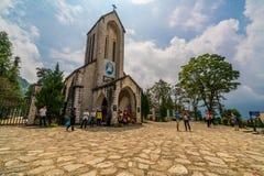 Le touriste d'outre-mer visitting l'église dans Sapa photographie stock libre de droits