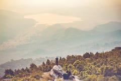 Le touriste de l'Asie de jeune homme de filtre d'Instagram à la montagne observe photos stock
