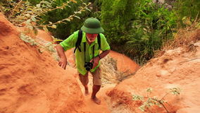 Le touriste de plan rapproché s'élève entre les roches en parc de Fée-courant banque de vidéos