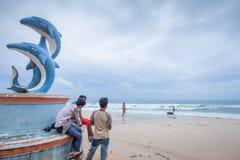 Le touriste de statues et de Khmer de dauphin chez Ochheuteal échouent en été Photos libres de droits