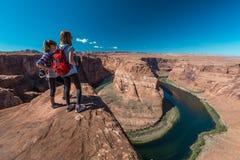 Le touriste deux apprécient le fleuve Colorado Photo libre de droits