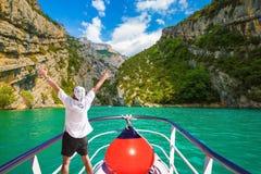 Le touriste enthousiaste sur le bateau Image libre de droits