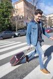 Le touriste est arrivé dans la ville avec un petit chariot photo stock