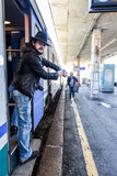 Le touriste est fou parce que son ami se traîne après le train Photographie stock