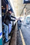 Le touriste est fou parce que son ami se traîne après le train Photo libre de droits
