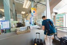 Le touriste européen achète le billet à l'aéroport de Suvarnabhumi à Bangkok Photos stock
