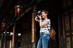 Le touriste féminin prend des photos en Chine photo stock