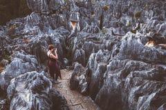 Le touriste féminin prend la photo dans des formations de chaux image libre de droits