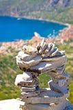 Le touriste a fait la statue en pierre au-dessus de Komiza images libres de droits