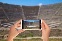 Le touriste fait une photo d'un petit amphithéâtre à Pompeii photos libres de droits