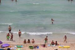 Le touriste les prennent un bain de soleil ou bain sur la mer en plage d'EL Arenal en Majorque Image libre de droits