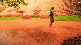 Le touriste marche à la réflexion de Sun sur les eaux rouges de Fée-courant clips vidéos