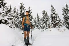 Le touriste masculin avec un sac à dos, avec un torse nu et des jambes est AMO Photographie stock