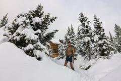 Le touriste masculin avec un sac à dos, avec un torse nu et des jambes est AMO Images stock