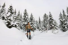 Le touriste masculin avec un sac à dos, avec un torse nu et des jambes est AMO Photos libres de droits