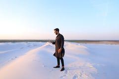 Le touriste masculin musulman parle du téléphone et partage des actualités, se tenant dedans Photo stock